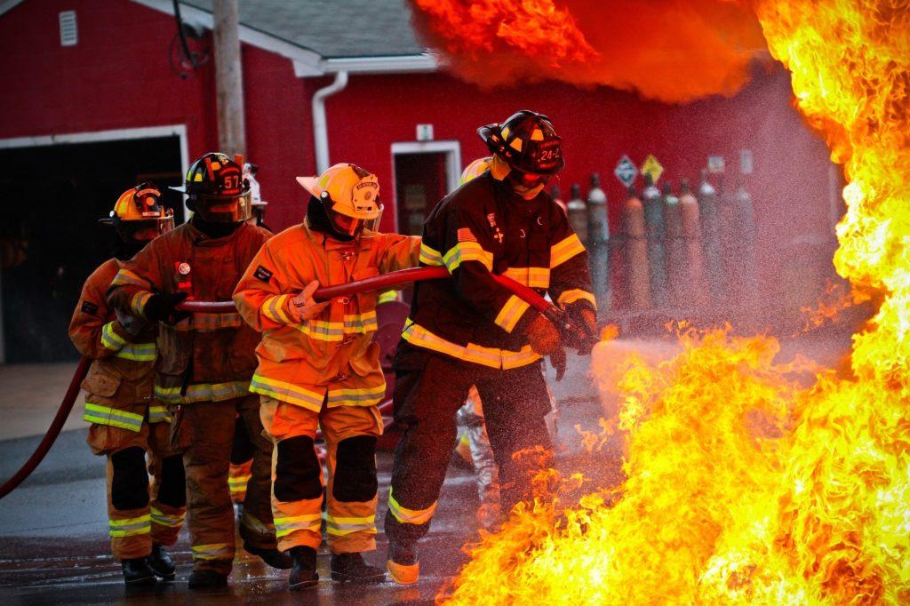 Feuerwehrleute löschen Feuer