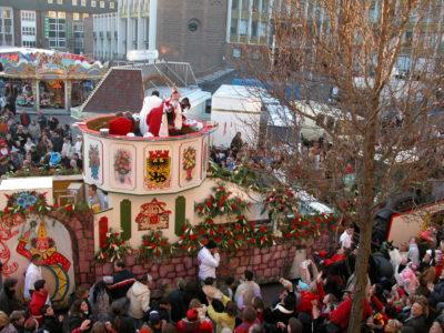 Dürener Karnevalszug mit Prinzenwagen am Kaiserplatz