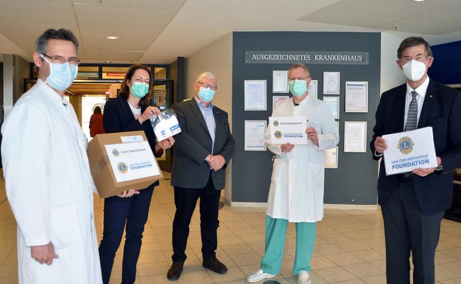 Burkhard Lingenberg (r.) und Hermann-Josef Weingartz (Mitte) überreichten eine FFP2-Masken-Spende an (von links) Priv.-Doz. Dr. Christof Börgermann, Kathleen Büttner-Hoigt und Prof. Dr. Stefan Schröder.