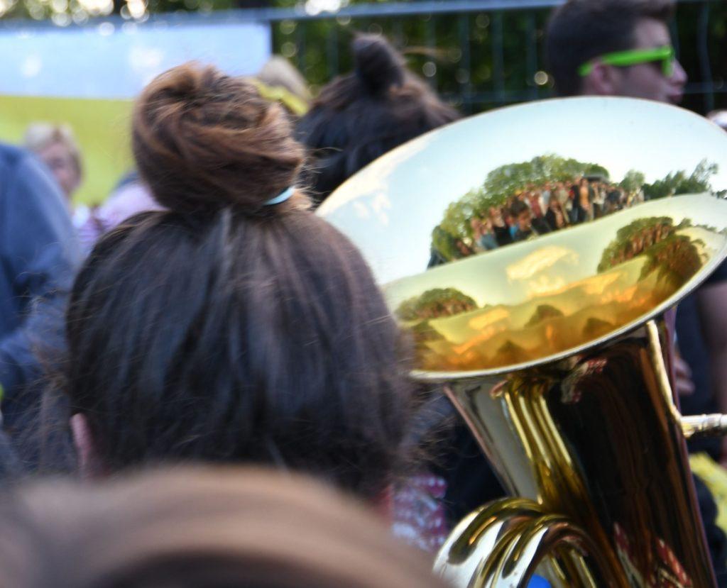 Tuba mit Spiegelbild