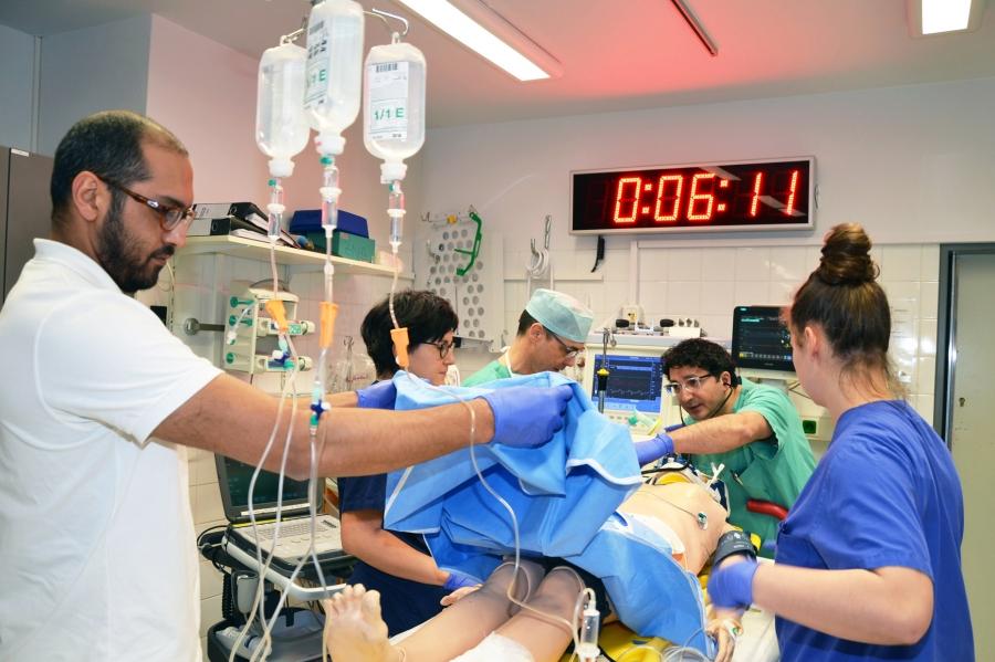 Ein interdisziplinäres Team aus Unfallchirurgie, Allgemeinchirurgie, Notfallmedizin, Zentraler Notaufnahme und Radiologie bildet das Regionale Traumazentrum im Krankenhaus Düren, das nun erneut zertifiziert wurde. Das Foto wurde während eines Simulationstrainings zu Beginn des Jahres aufgenommen.