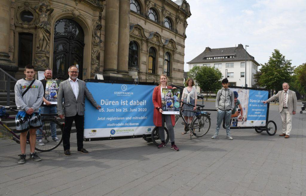 Gruppenfoto mit Werbefahrrädern vor dem Museum