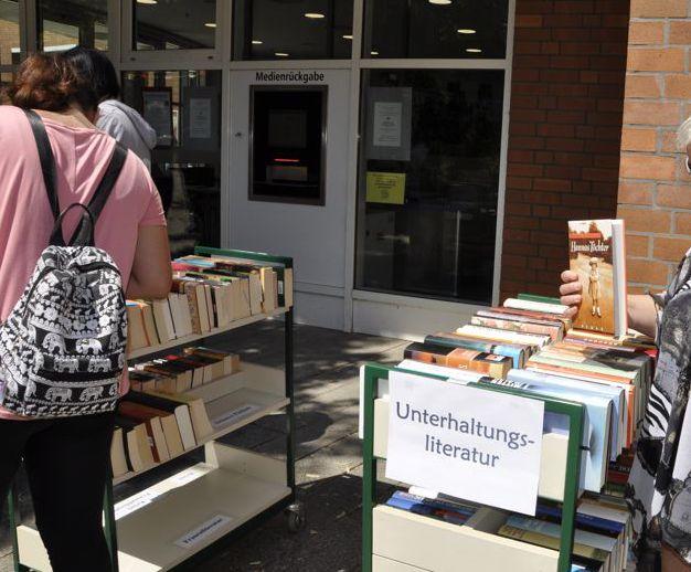Bücherstände vor der Stadtbücherei