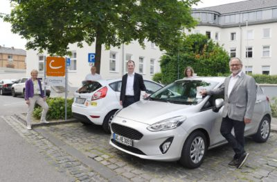 Gruppenfoto am neuen Standort vor dem Dürener Finanzamt