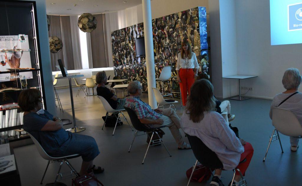 Kunstvermittlerin Jeannine Bruno moderiert den Film