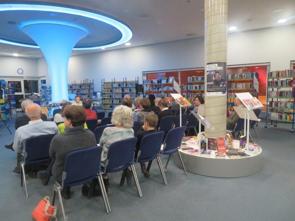Zuhörer verschiedener Altersgruppen am Vorlesetag in der Stadtbücherei