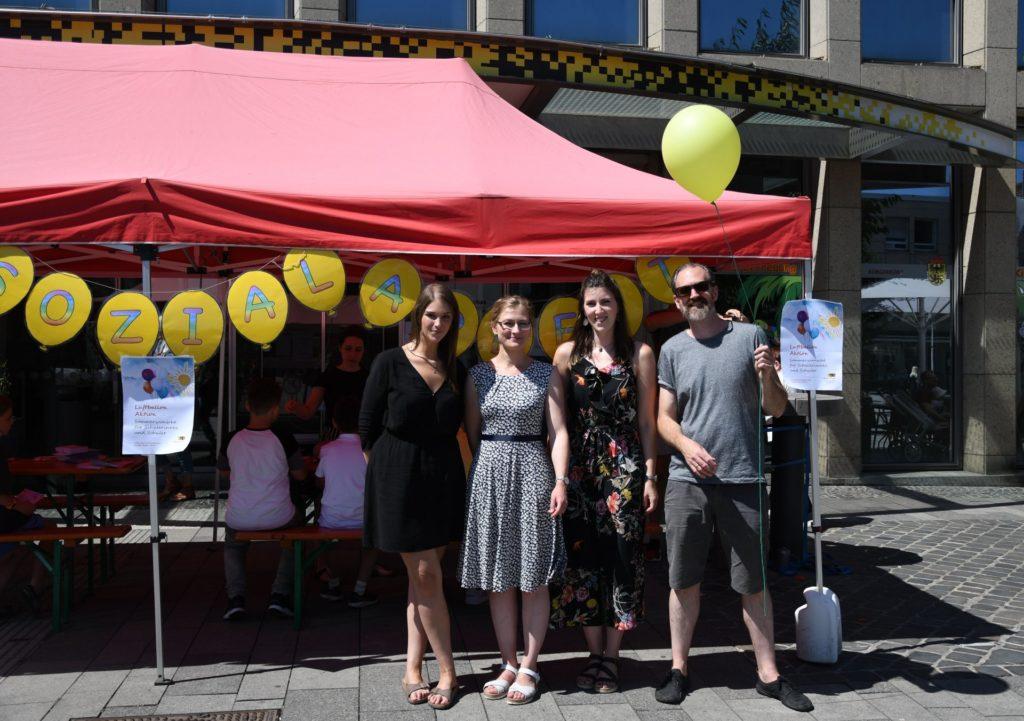 Schulsozialarbeiterinnen und Leiter Mobile Jugendarbeit mit Luftballon