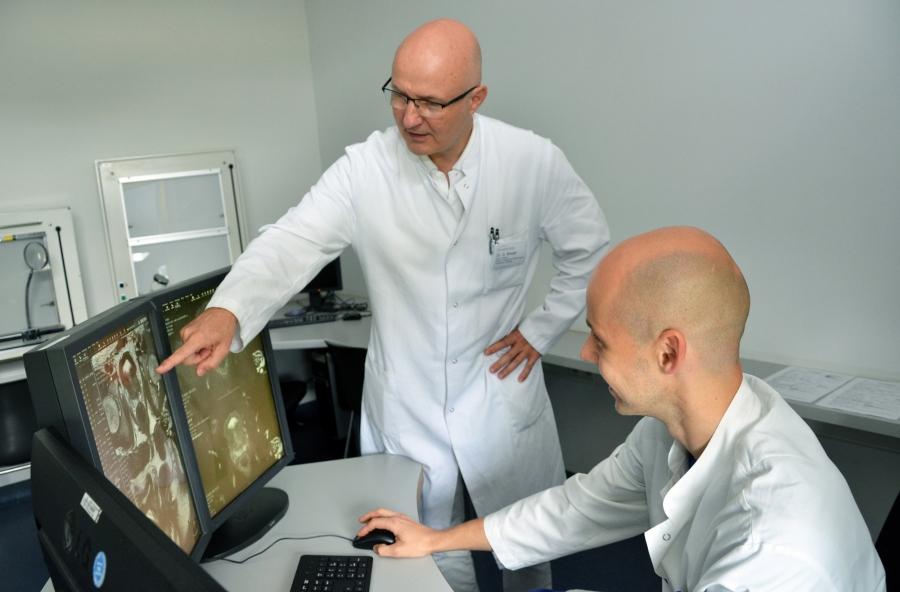 Spezialisten für die Diagnose kleinster Prostatatumore: Urologe Dr. Guido Breuer (links) und Radiologe Priv.-Doz. Dr. Michael Meier-Schroers vom Krankenhaus Düren.