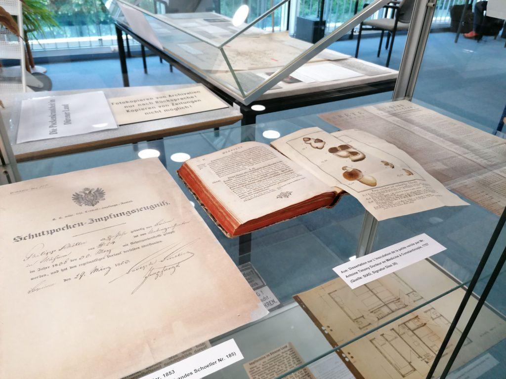 Urkunden und Zeitungsausschnitte