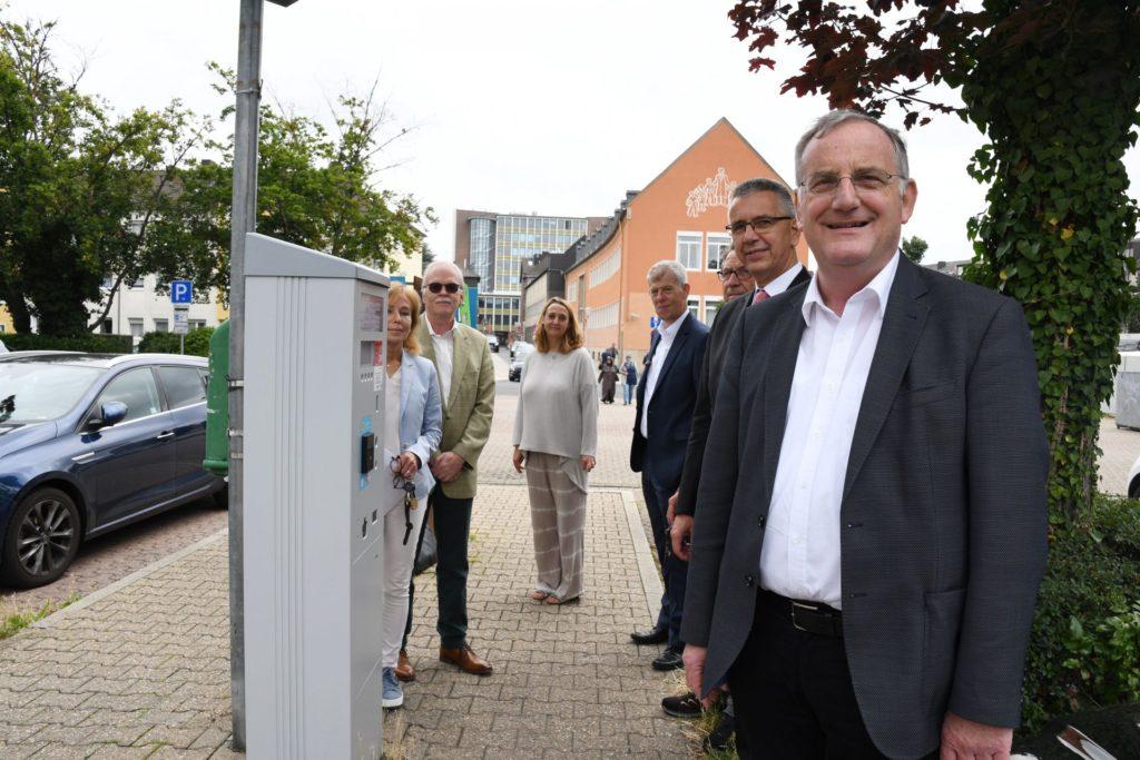 Fototermin am neuen Parkscheinautomaten auf dem Hoesch-Parkplatz