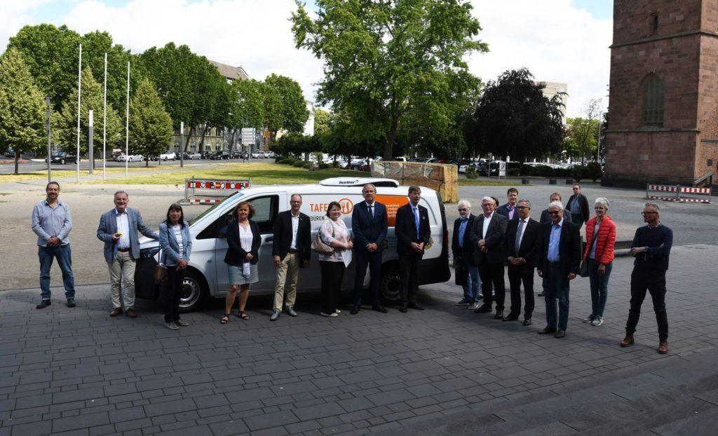 Vertreter der Dürener Lions Clubs und der Dürener Tafel bei der Fahrzeugübergabe.der Üv