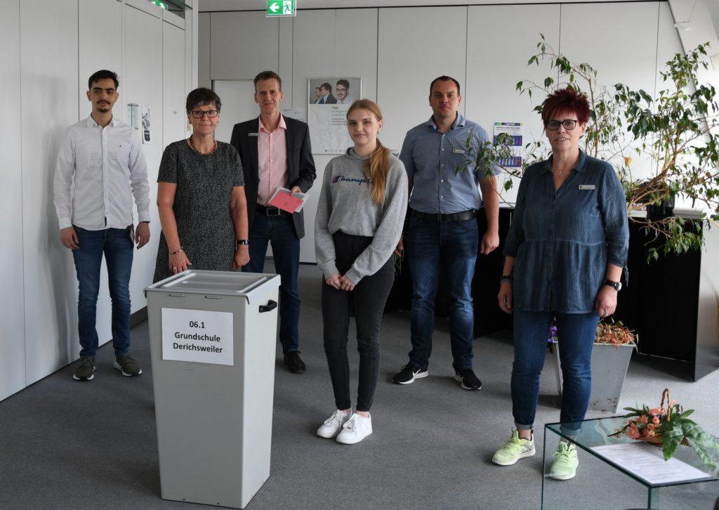 Das Wahlbüro-Team des Bürgerbüros vor einer Wahlurne