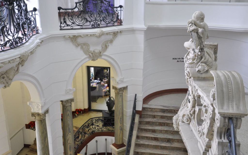 Eingang und Treppenaufgang im Leopold-Hoesch-Museum