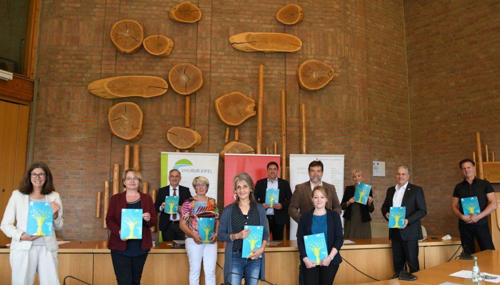 Die Fachbereichsleiterinnen und Leiter der VHS stellen im Hürtgenwalder Sitzungssaal das neue Programm vor