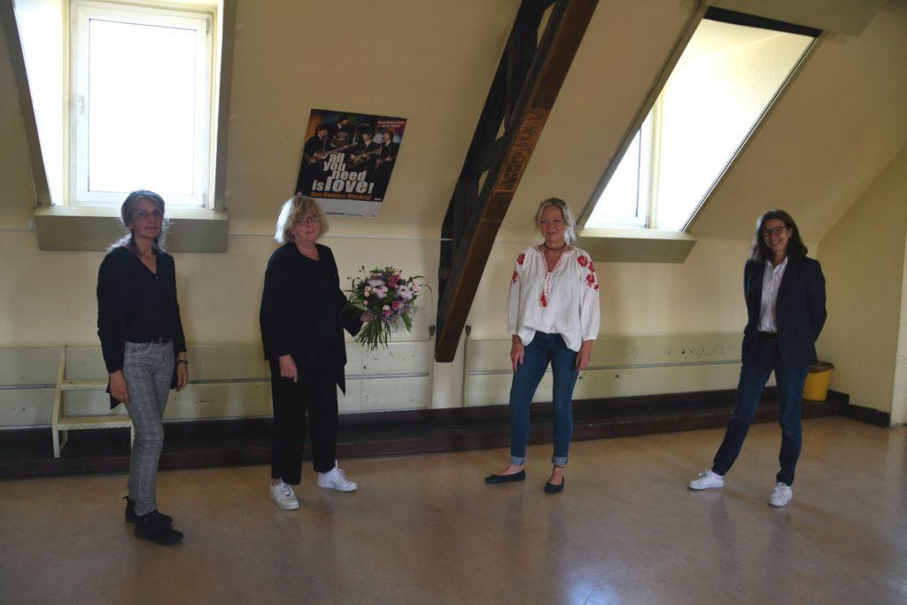 Klassenlehrerin Gabriele Teuteberg wird von ihren Kolleginnen verabschiedet