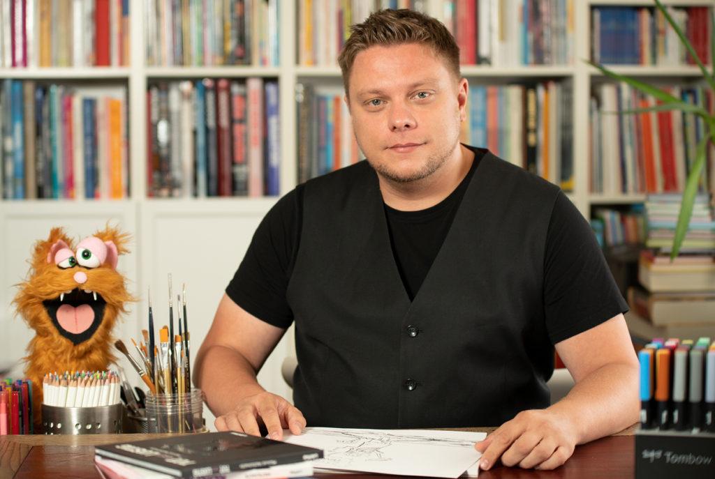 Zeichner Michael Holtschulte am Schreibtisch