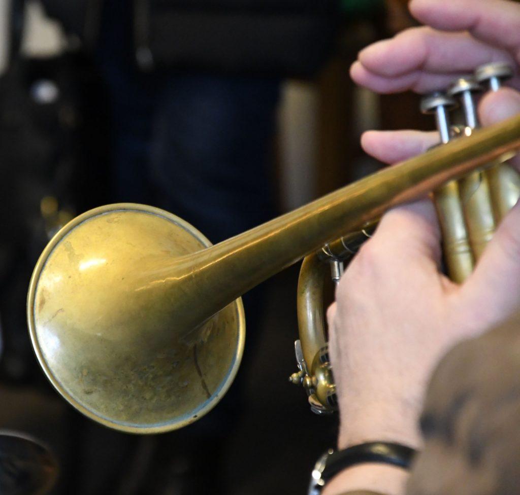 Ein Instrument wird ausprobiert