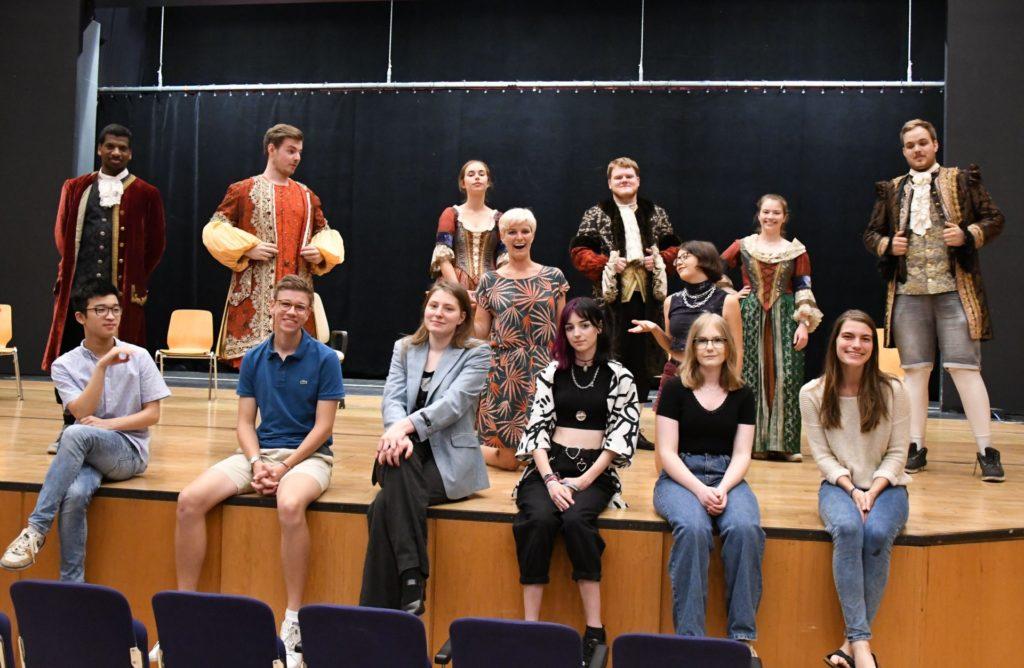 Das Ensemble des Jugendclubs Ernas Erben auf der Bühne