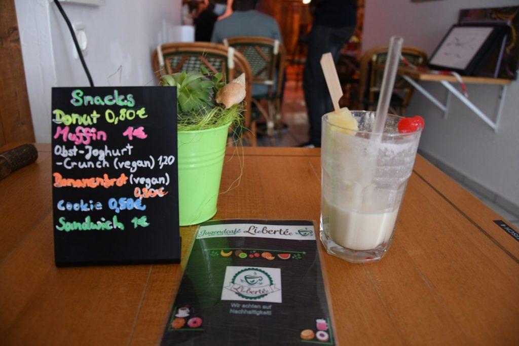 Ein gedeckter Tisch mit alkoholfreiem Getränk im Café Liebertée