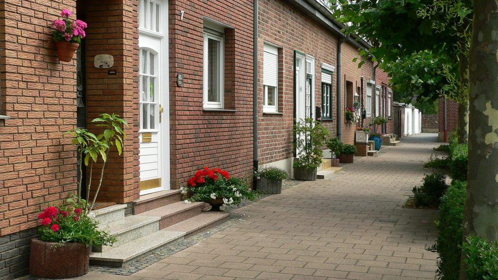 Eine malerische Häuserzeile im Grüngürtel
