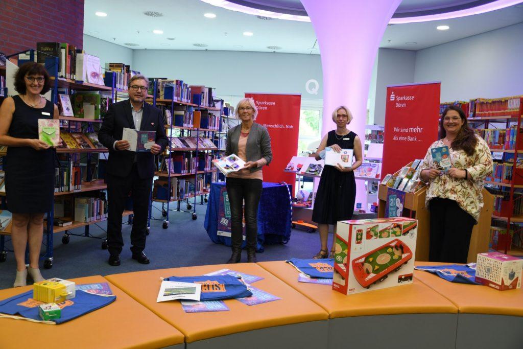 Das Bücherei-Team bewundert zusammen mit Liesel Koschorreck und Uwe Willner die Club-Pässe