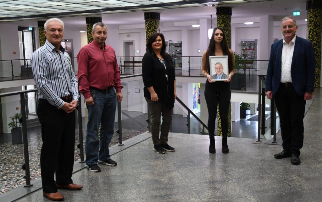 Selin Yildirim, ihre Mutter und Auftraggeber mit Bürgermeister Paul Larue