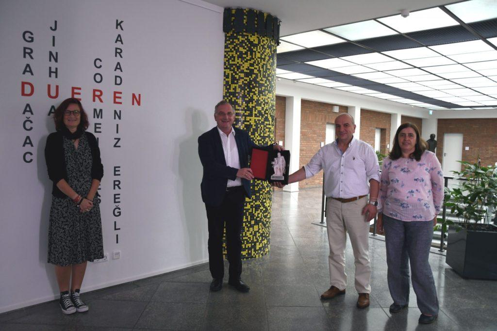 Partnerschaftsbeuaftrage, Bürgermeister und Ehepaar Demircan mit der kleinen Herkulesstatue