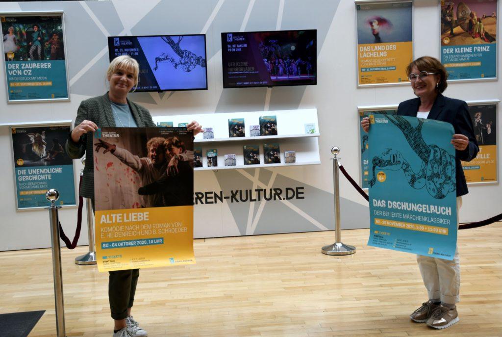 Drs. Gabriele Gellings und Monika Rothmaier-Szudy mit Plakaten für die neue Spielzeit