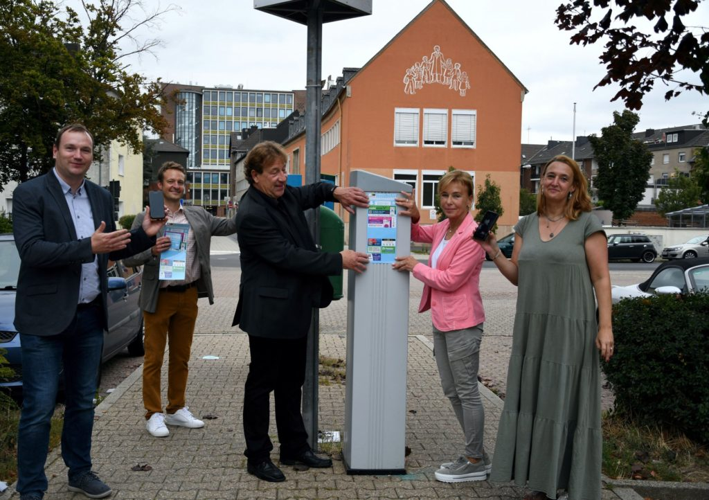 Die Verantwortlichen von Amt und Initiative vor einem Parkscheinautomaten