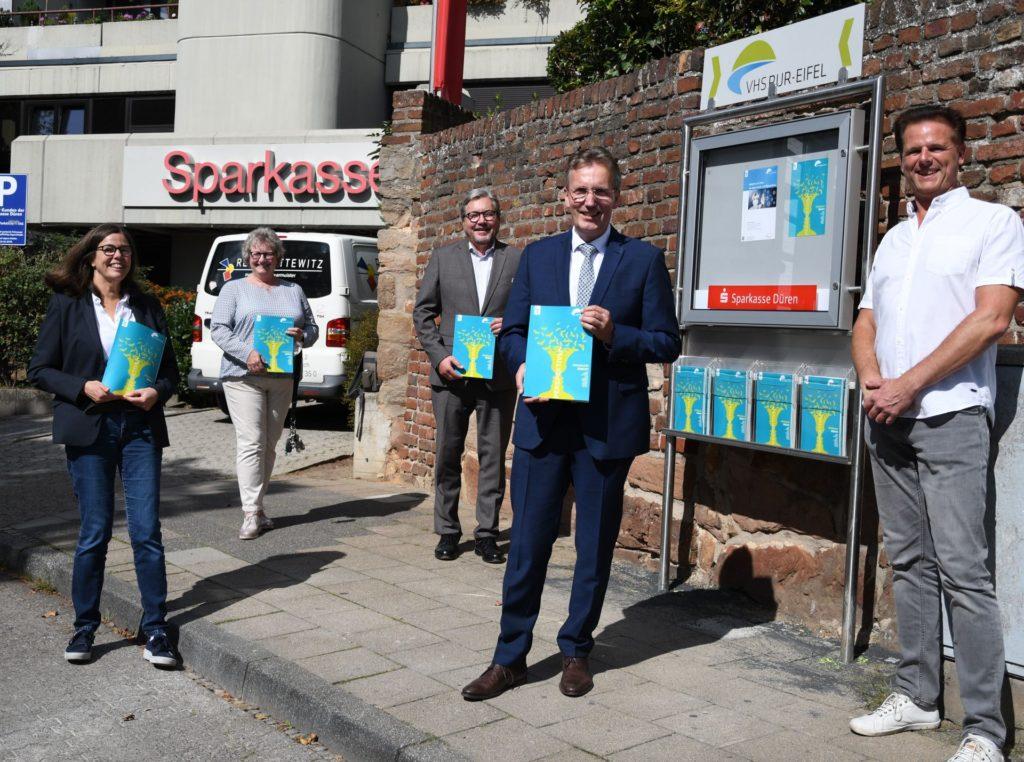 Vertreterinnen und Vertreter der VHS Rur-Eifel mit dem Merzenicher Bürgermeister und Sparkassenvorstandsvorsitzender Uwe Willner