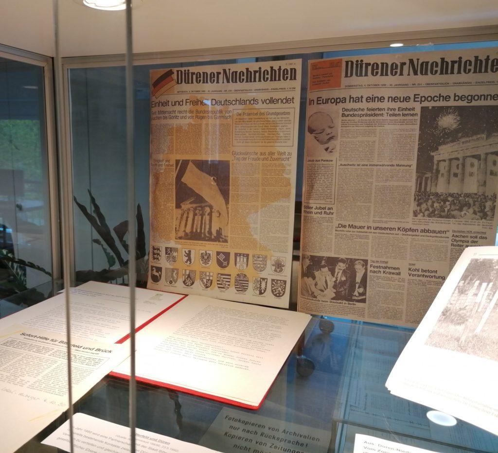 Eine Vitrine mit Dokumenten zum Tag der Deutschen Einheit