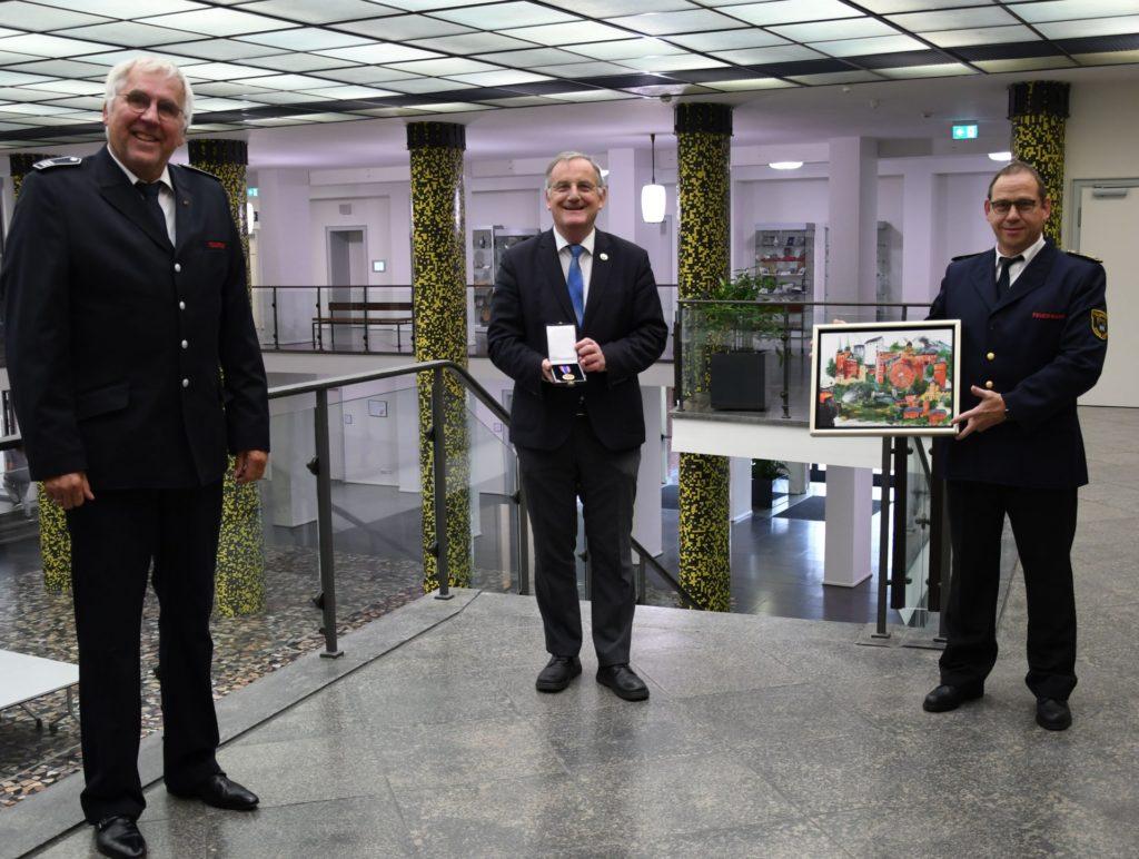 v.l. Hans-Jürgen Pelzer, Paul Larue mit Medaille, Karlheinz Eismar mit Bild