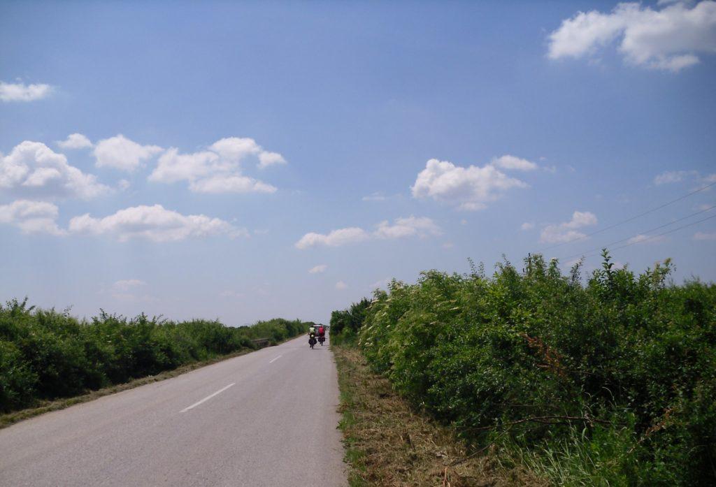 Fahrradfahrer auf einer Straße in Serbien