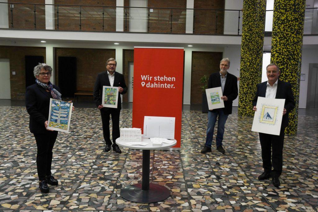 Gruppenfoto mit Präsentation des neuen Postkartensets