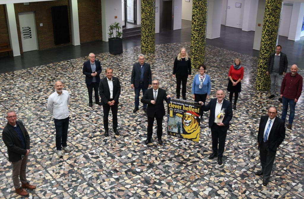 Der neue Lions Adventskalender wird im Rathausfoyer vorgestellt