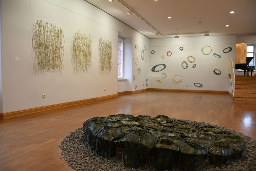 Im Vordergrund ein Kunstobjekt von Sabine Jacobs aus Papier