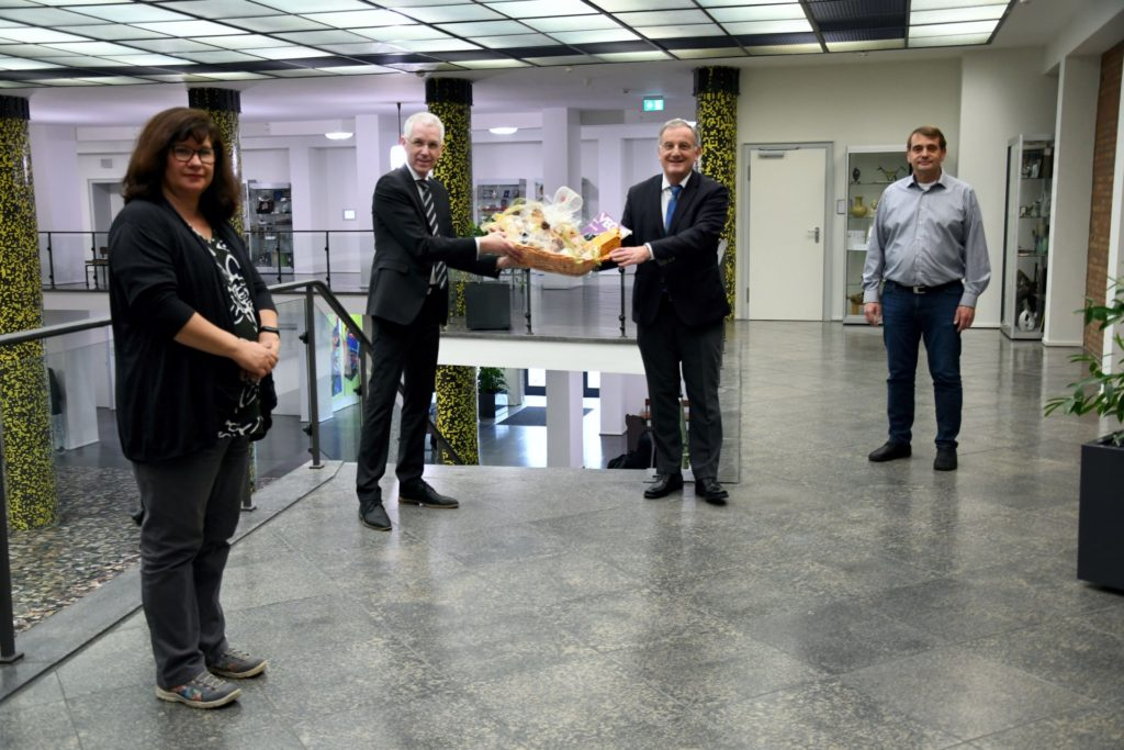 Jürgen Plinz überreicht im Beisein von Magda Prinz Bündgens und Robert Breuer einen Geschenkekorb