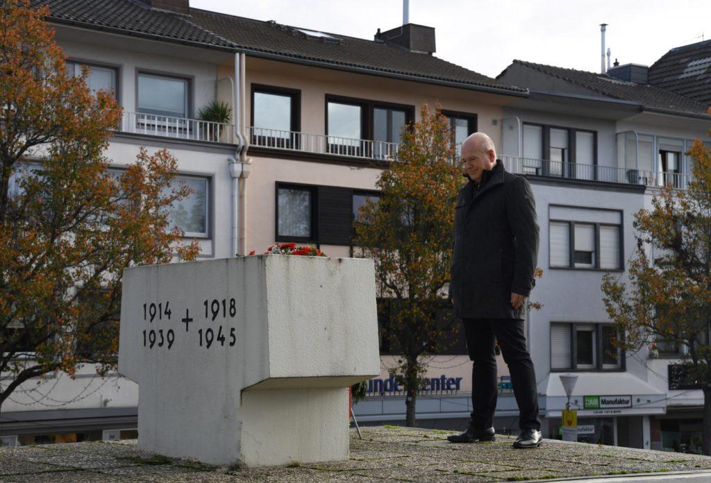 Bürgermeister Frank Peter Ullrich bei der Kranzniederlegung am Mahnmal vor dem Rathaus