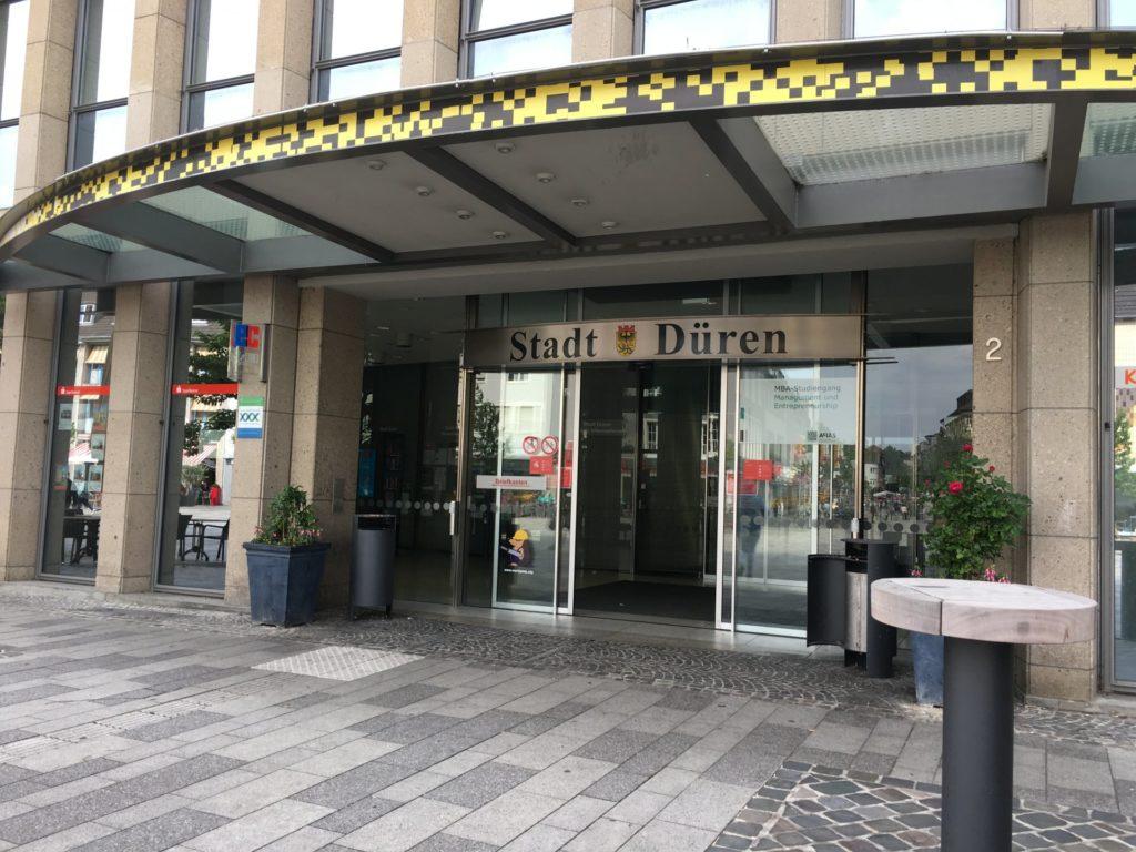 Das Bild zeigt den Eingang zur Stadtverwaltung Düren am Markt 2