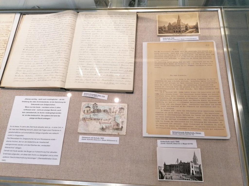 Vitrine mit Dokumenten zu den Schulchroniken 1946