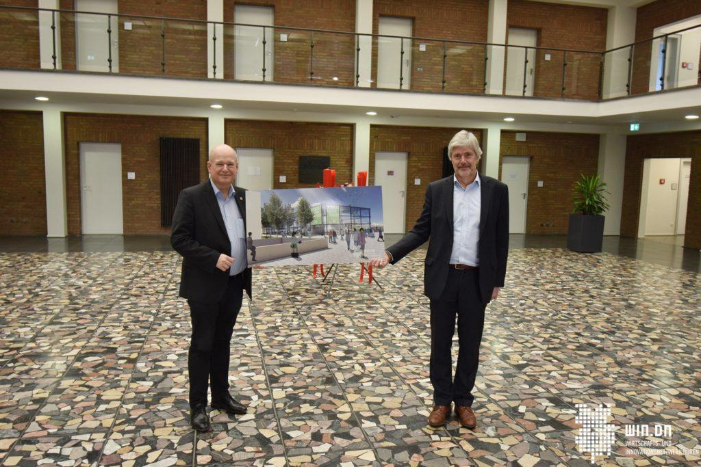 Bürgermeister Frank Peter Ullrich (li.) und Hartmut Sindel, Interimsgeschäftsführer der Modellfabrik Papier gGmbH