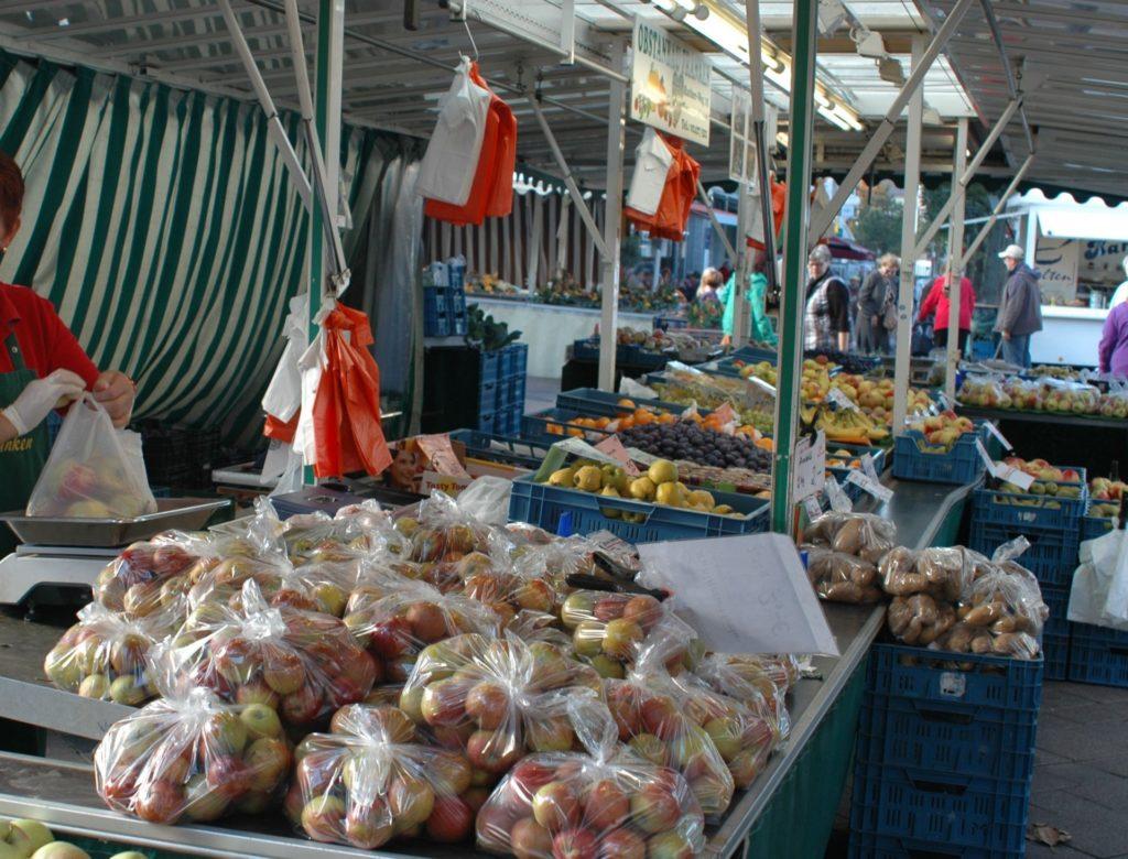 Ein Marktstand mit Obst