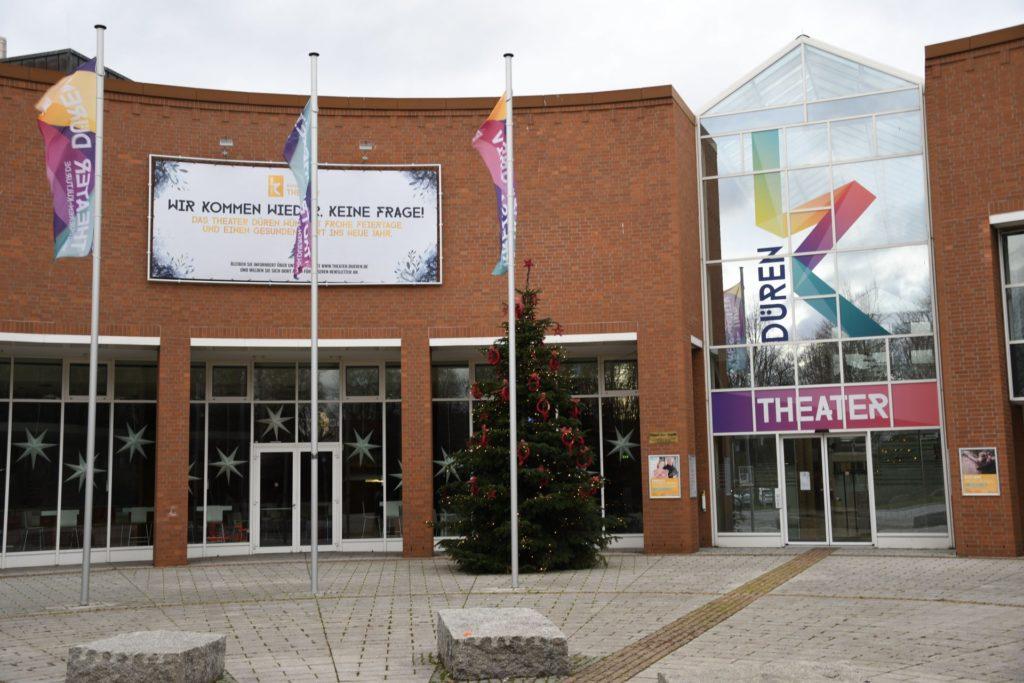 Theater Haus der Stadt mit Weihnachtsbaum davor