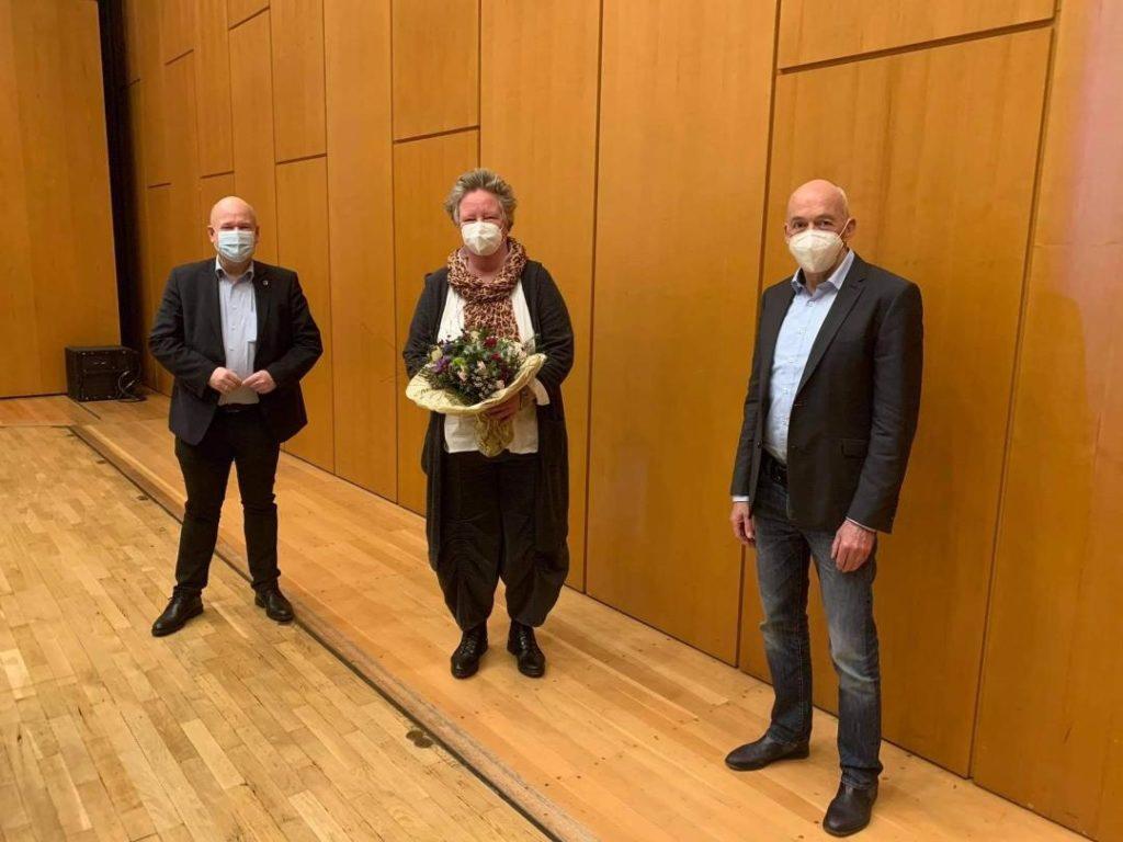 Bürgermeister Frank Peter Ullrich (li.) und Jugendamtsleiter Ansgar Kieven (re.) gratulierten der neuen Vorsitzenden des JHA, Dagmar Nietan.