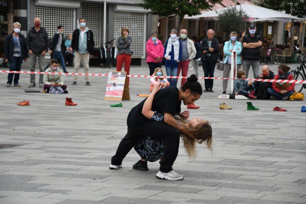 Tanzpaar auf dem Markt vor der Oberstraße