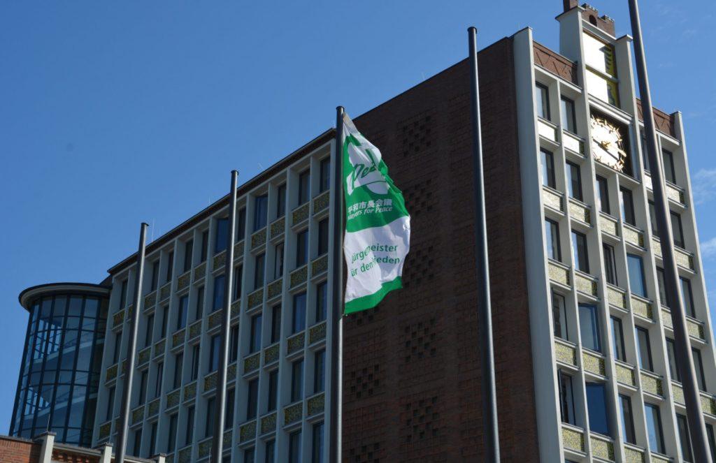 Flagge vor dem Rathaus