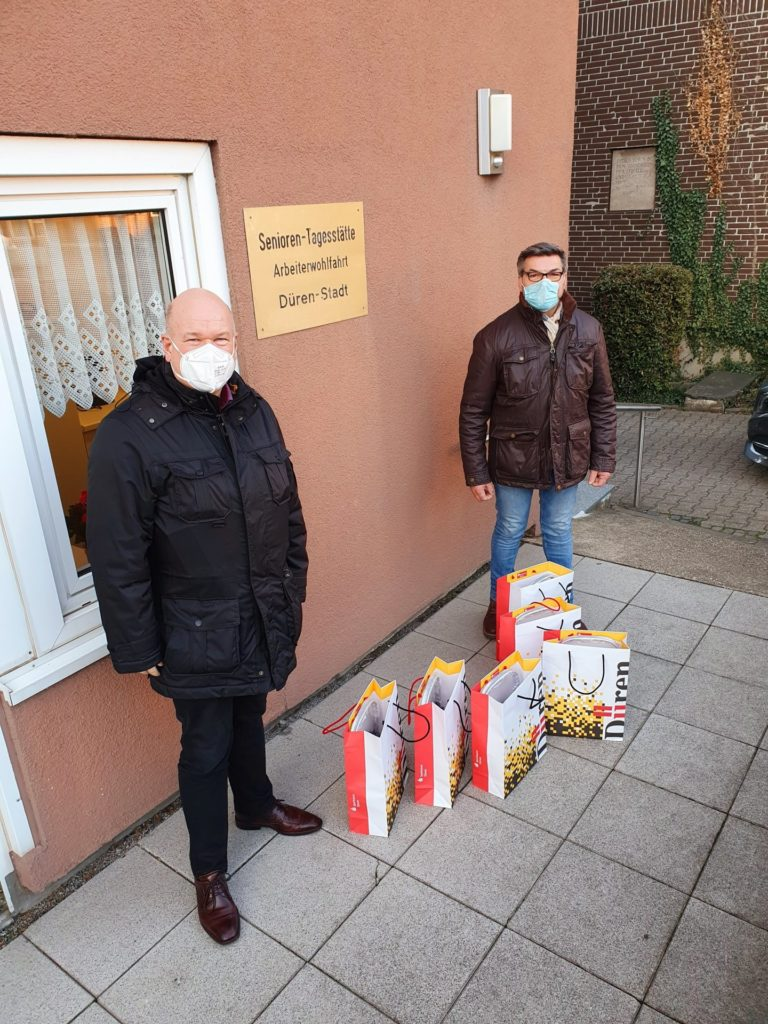 Bürgermeister Frank Peter Ullrich (li.) bei der Übergabe der Präsente an Dieter Harf.