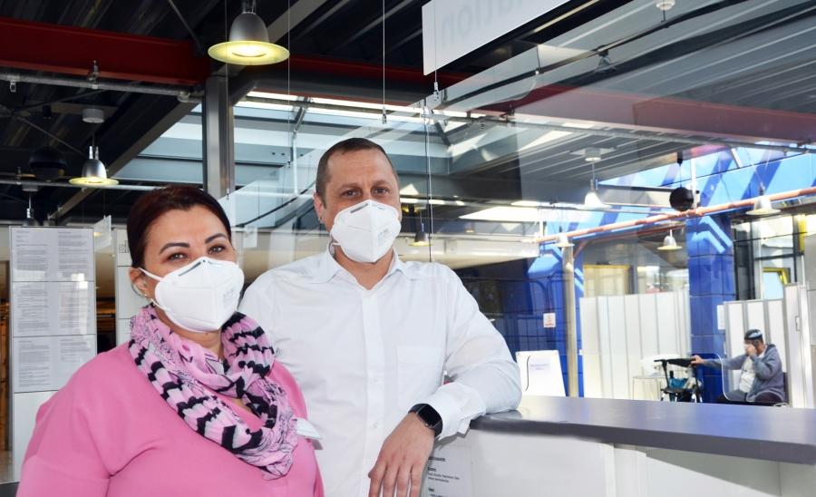 Dursun Esposito und Pasquale DiGennaro vom Emp-fang freuen sich darauf, wieder Besucher im Kranken-haus Düren begrüßen zu dürfen. Die neuen Regeln gelten ab Montag, den 26. April.