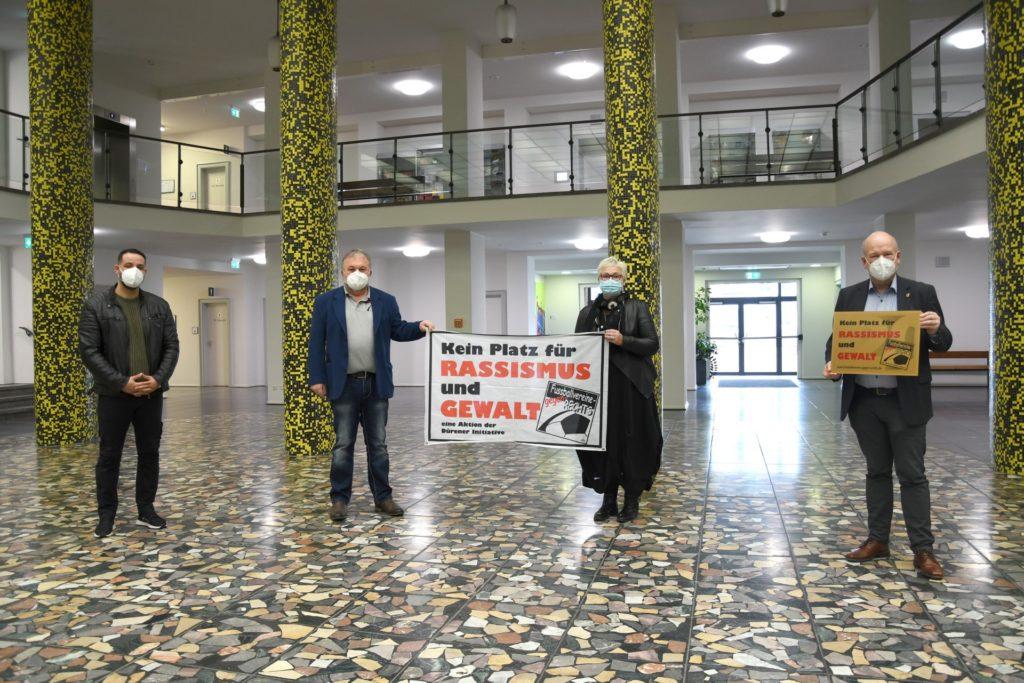 Im Rathausfoyer überreichte Jo Ecker (2.v.l.) gemeinsam mit Mo Khomassi (li.) und Eveline Schmidt das Aktionsschild an Bürgermeister Frank Peter Ullrich (re.)