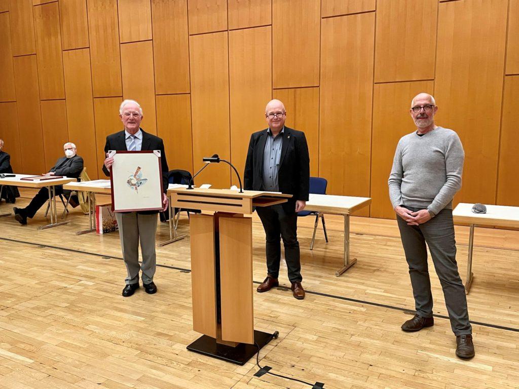Bürgermeister Frank Peter Ullrich (Bildmitte) und Berthold Becker (re.) bei der Bildüberreichung an den scheidenden Vorsitzenden Peter Vogt (li.).